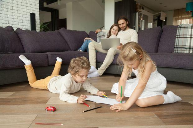 """Inteligentne systemy """"znają"""" rozkład dnia domowników. Wiedzą, kiedy wychodzimy z domu oraz kiedy do niego wracamy. Dzięki temu każde z urządzeń pracuje optymalnie i energooszczędnie. Podczas wyboru inteligentnej technologii do domu należy pa"""
