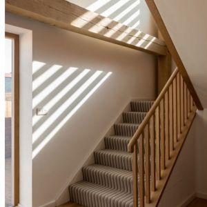 Dzięki widocznym drewnianym elementom dom zyskuje swojski charakter. Fot. a-zero