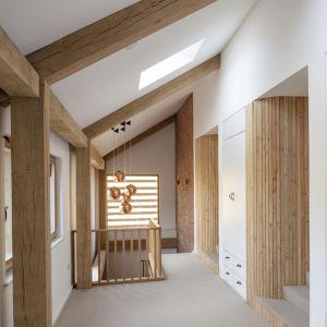 Drewno świetnie uzupełnia minimalistyczny styl Timber Frame House. Fot. a-zero
