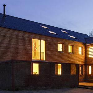 Timber Frame House po zachodzie słońca. Fot. a-zero