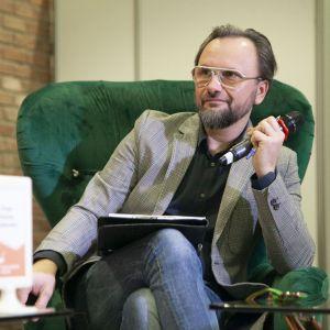 """Artur Indyka, projektant wnętrz, właściciel pracowni Kotara Story, prowadzący na antenie Domo+ program """"Meblokreacje"""". Fot. PTWP"""