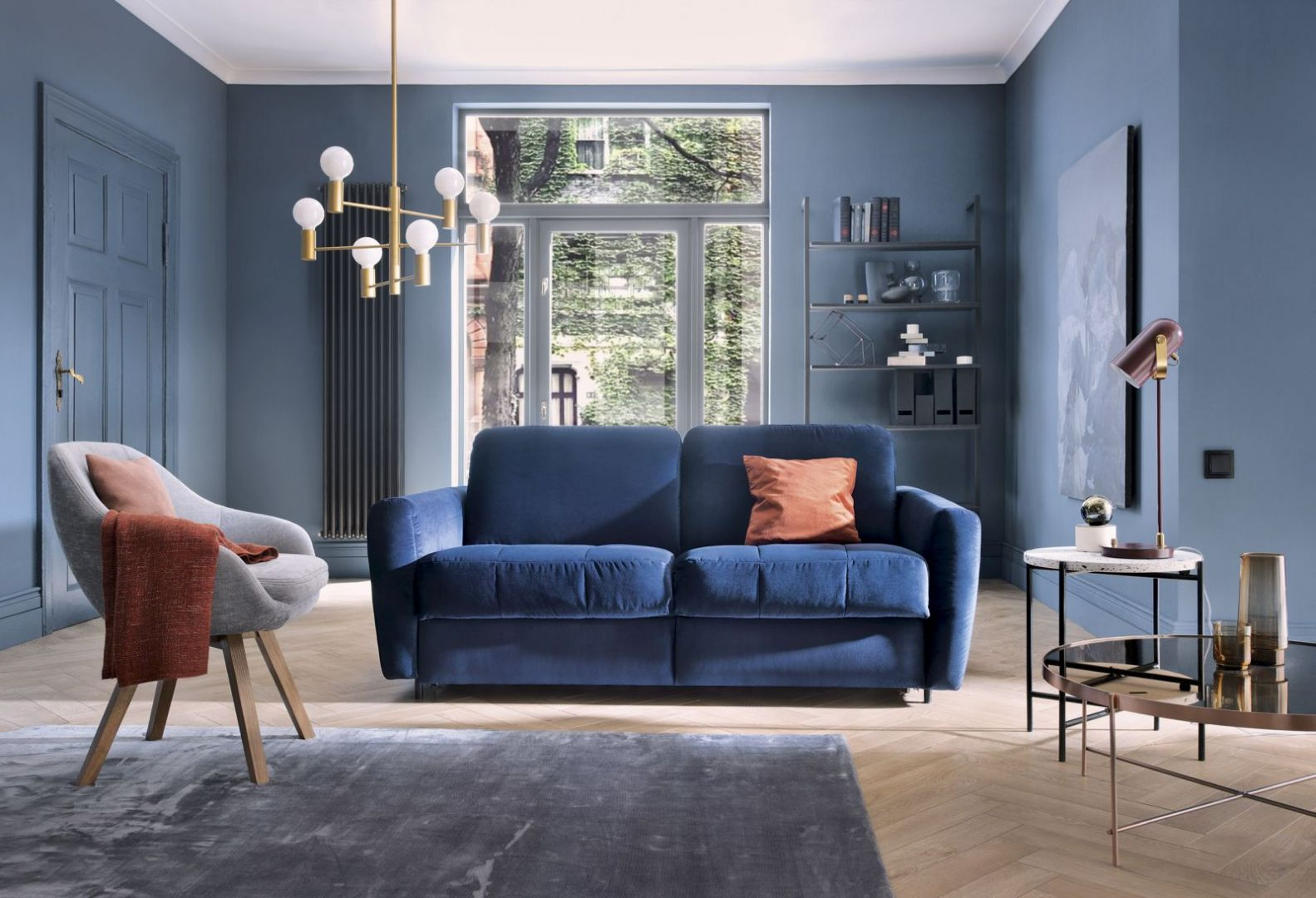 Niebieski pięknie odbija padające światło, tworząc specyficzne kontrasty, co czyni go doskonałym tłem do podkreślania materiałów bazujących na dotyku. Fot. Gala Collezione