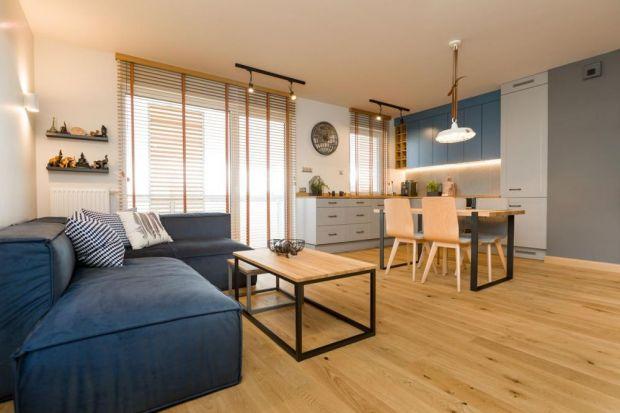 75-metrowe mieszkanie w ułożeniu: salon z kuchnią, sypialnia, pokój gościnny, garderoba i łazienka, to bardzo duża przestrzeń wymagająca przemyślanego projektu. W mieszkaniu postawiono na kolorystykę nawiązującą do odwiedzonych przez klientk