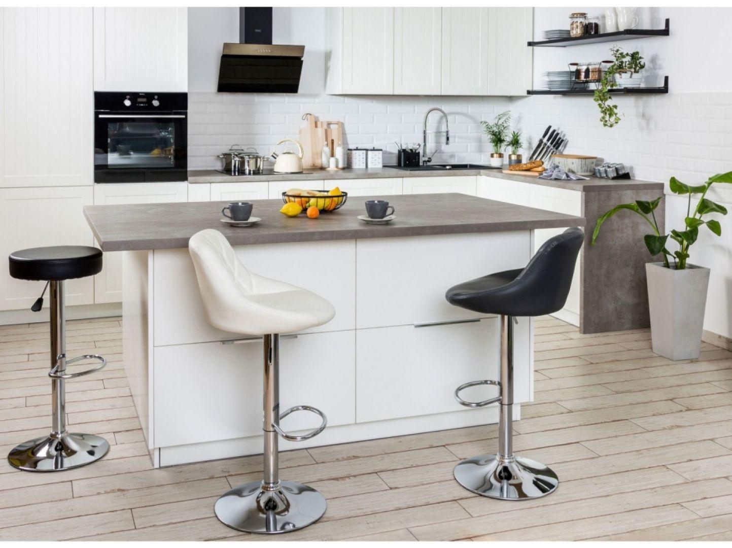 Właściwie dobrane, funkcjonalne meble pozwolą na odpowiednie ułożenie produktów, zachowanie porządku, a także wygodniejsze użytkowanie przestrzeni kuchennej. Fot. Agata