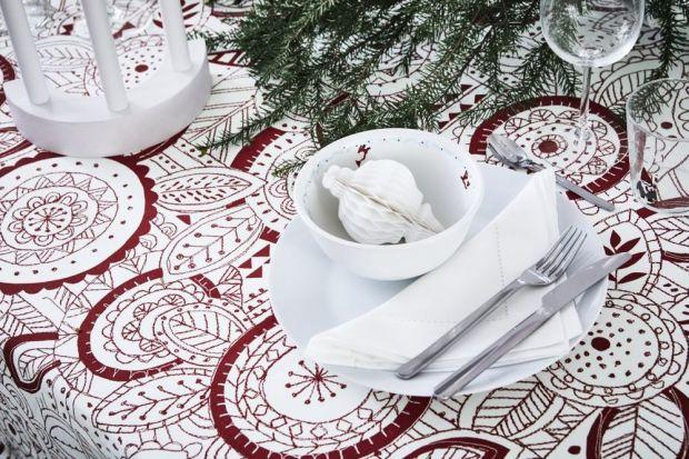 W tworzeniuświątecznego nastroju niezastąpione są detale, takie jak świece, dekoracje świąteczne z elementami czerwieni, złota i srebra. Pierwszym elementem przygotowań świątecznych jest stół.