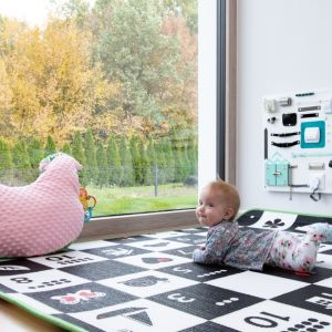 Wybierając okna warto zwrócić uwagę nie tylko na ich parametry izolacyjności, ale również na rozwiązania podnoszące bezpieczeństwo np. antywłamaniowe okucia i szyby, a także mechanizmy chroniące przed otwarciem skrzydeł przez dzieci. Fot. MS więcej niż Okna