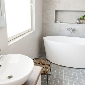 Wanna to ukochane wyposażenie łazienek wszystkich tych, którzy uwielbiają wieczorne wylegiwanie się w ciepłej wodzie uzupełnionej zapachowym olejkiem. Fot. Oras