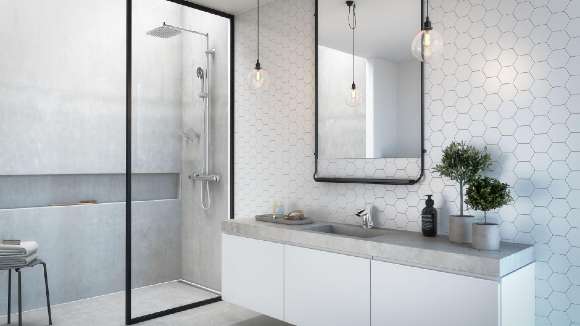 Natrysk to idealne rozwiązanie do niewielkich łazienek, w których przez wzgląd na obecność np. pralki nie ma już miejsca na komfortową wannę. Fot. Oras