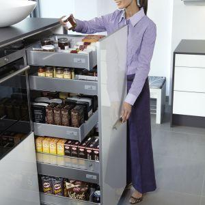 Wysokie cargo wyposażone są w szuflady z dużą nośnością. Dzięki temu można w nich przechowywać wiele ciężkich przedmiotów. Fot. Hettich