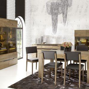 Jadalnia Mystique charakteryzuje się uniwersalną formą i ciepłą kolorystyką. Stół jest wykonany z litego dębu, rozkładany ze 160 cm do 240 cm dł. Fot. Matkowski Meble