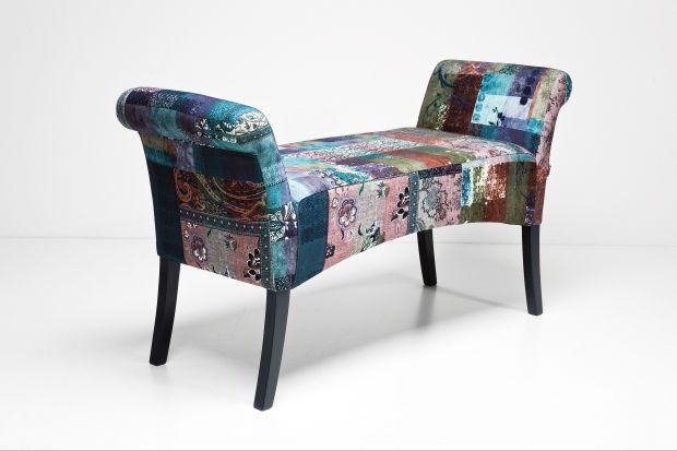 Delikatna forma i kolorowa tapicerka to interesujące połączenie stylistyczne.