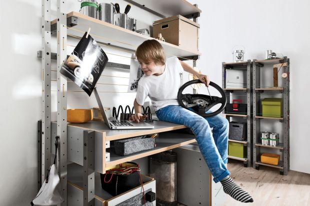 Biurko jest kluczowym meblem, jeśli chodzi o przestrzeń, w której uczymy się czy pracujemy. Nierzadko spędzamy przy nim wiele godzin, dlatego powinno być bardzo dobrze zaprojektowane.