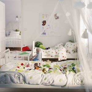 Metalowe łóżeczko Minnen z regulowaną ramą dopasowuje się do wzrostu dziecka. Fot. IKEA