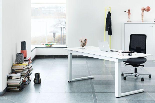 """Pracując w domu, warto znaleźć w nim odpowiednie do tego celu miejsce. Komfort pracy - to nie tylko możliwość skupienia i """"wyłączenia"""", ale też odpowiednio dobrane meble. Wygodne biurko oraz pojemne regały na dokumenty."""