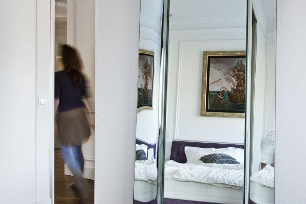 Do tej pory lustra zazwyczaj mieszkały w łazienkach. Drogą poprzez przedpokoje i korytarze, trafiały do salonów, a nawet sypialni, gdzie ostatnimi czasy zagościły na dobre. Czy na dobre wychodzi to również właścicielom domu?