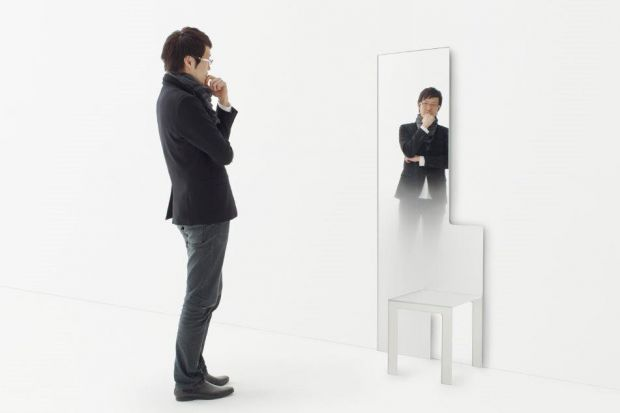 Oto krzesło, które jest jednocześnie... lustrem! Może to być też stolik kawowy. Do wyboru...