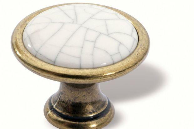 Ceramiczne gałki do mebli są nieodłącznym elementem stylowych szafek kuchennych. Dzięki swojej prostocie i oryginalnym wzorom dobrze wkomponują się zarówno w nowoczesne wnętrza jak i te klasyczne.