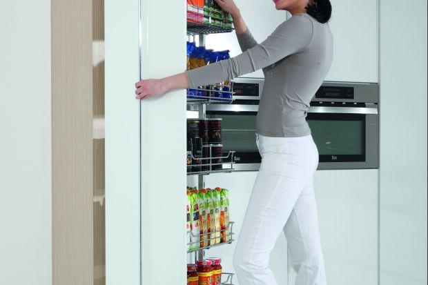 Odpowiednia organizacja wnętrza szafek kuchennych może wydawać się dość trudnym zadaniem. Przechowywanie jedzenia jest bowiem uzależnione od pewnych zasad i polega także na stworzeniu warunków do takiego przechowywania żywności, aby z