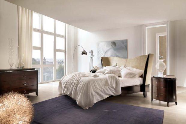Modne są łóżka tapicerowane w całości bądźz tapicerowanym wezgłowiem, m.in.w ekoskórze, w grubych szenilach o stonowanych kolorach - brązach, bieli, czerni, szarościach.