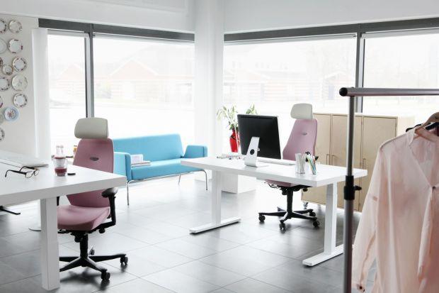 Fotel na, który siedzimy podczas długich godzin w pracy nie może być nudny. Do biura wkraczająkolory, które mają swój własny niepowtarzalny język...