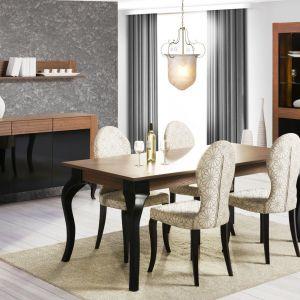 Kolekcja Alcamo marki Szynaka Meble łączy w sobie elegancką czerń z pięknem drewna. Na uwagę zasługują dekoracyjne szprosy Cena stołu i krzeseł: 4.375 zł. Fot. Szynaka Meble