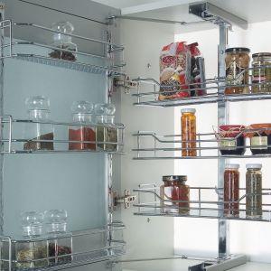 Wysuwane półki do szafek górnych wykonane ze stali w wykończeniu chromowanym. Maks. obciążenie wewnętrznych półek to 10 kg, a półek na drzwiach – 6 kg. Półki są dostępne w 3 rozmiarach. Fot. Wireli