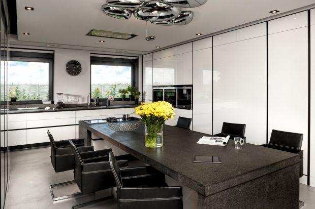 """Kuchnia """"019"""" wyróżnia się blatem wykończonym szczotkowanym granitem oraz frontami pokrytymi białym lakierem."""