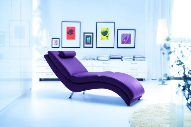 Szezlong to forma pośrednia między fotelem a sofą. Można więc powiedzieć, iż jest to rodzaj kanapy umożliwiający odpoczynek w pozycji półleżącej. Mebel ten lubi towarzystwo kanap i sof, ale najlepiej jednak prezentuje się osobno...