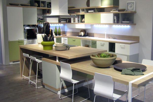 Otwarta przestrzeń kuchenna – trend bardzo popularny zagranicą – sprawił, że pomieszczenie to płynnie przenika, np. jadalnię czy salon. To daje szansę dekorom wszechstronnym, kreującym wrażenie autentyczności – wiar