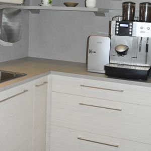 "Kuchnia, w której zastosowano dekory: ""Sosna Avola"" i ""Solino"" firmy Schattdecor. Fot. Schattdecor"