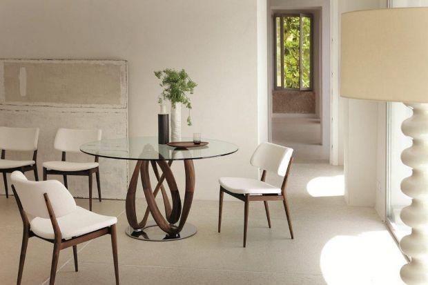 Stół o charakterystycznym wykończeniu.