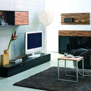 Zestaw Andante firmy Reinhard to połączenie forniru i powierzchni wykończonych na wysoki połysk. Całość została zwieńczona stylowym, czarnym kolorem. Fot. Reinhard