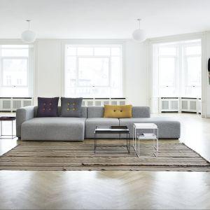 """Głębokie siedziska oraz wysokie podłokietniki zapewniają maksimum komfortu. Sofa modułowa """"Mags"""" marki Hay. Fot. Mesmetric"""