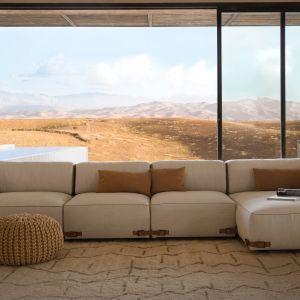 """Sofa """"Soho"""" w delikatnym beżowym wybarwieniu z paskami nazmontowanymi na dolnych łączeniach poszczególnych modułów. Fot. Fendi Casa"""