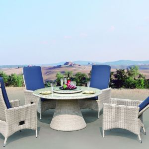 Zestaw ogrodowy West to fotele z opuszczonym oparciem i stół wykonane z eco-rattanu.  Fot. House&More