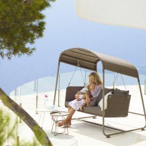 Huśtawka ogrodowa CAVE Swing, to prosta, nowoczesna, ergonomiczna huśtawka wypleciona z nowoczesnego włókna Cane-line Wave® i wyposażona w komplet poduszek ze specjalnej wodoodpornej tkaniny Cane-line TEX®.  Fot. Willow House