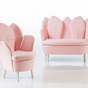 Charakterystyczne fotele w kształcie kwiatków w odcieniu pudrowego różu. Fot. Bruhl