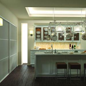 """Szklane drzwi przesuwne w kuchennej spiżarni to praktyczne i bardzo ciekawe rozwiązanie. Propozycja firmy Indeco """"K-02"""" to połączenie systemu stalowego """"S100"""", profilu """"Halifax"""" i mlecznego szkła. Fot. Indeco"""