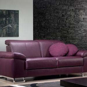 Skórzana sofa Deimos  marki ROM. Ciemna śliwkowa barwa będzie się pięknie komponować z jasnymi dodatkami w salonie. Fot. ROM