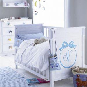 Łóżeczko z opuszczanym bokiem marki TomMebel. To bardzo praktyczna opcja w meblu dla niemowlęcia Fot. Car Moebel