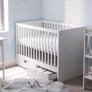 Łóżeczko niemowlęce Stuva z praktycznymi szufladami na pościel. Fot. IKEA