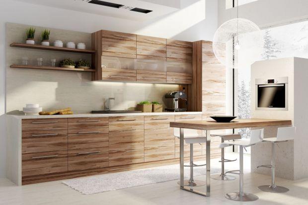 """Bogaty, nieregularny rysunek drewna w zestawie mebli kuchennych """"Brzoza"""" doskonale komponuje się z prostymi bryłami szafek."""