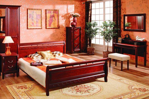 Program klasycznych, stylizowanych mebli do sypialni, gustownie zdobionych w kolorze orzech antyczny.