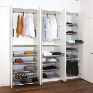 Garderoby od góry do dołu możemy wyposażyć w funkcjonalne półki. Dzięki temu możliwy jest swobodny podgląd jej zawartości w każdym położeniu. Na zdjęciu półki Extendo marki Peka. Fot. Peka