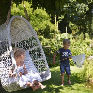 Wiszący kosz Evelyn MedBørn Willow House, w formie huśtawki to idealne rozwiązanie do każdego ogrodu Fot. Willow House
