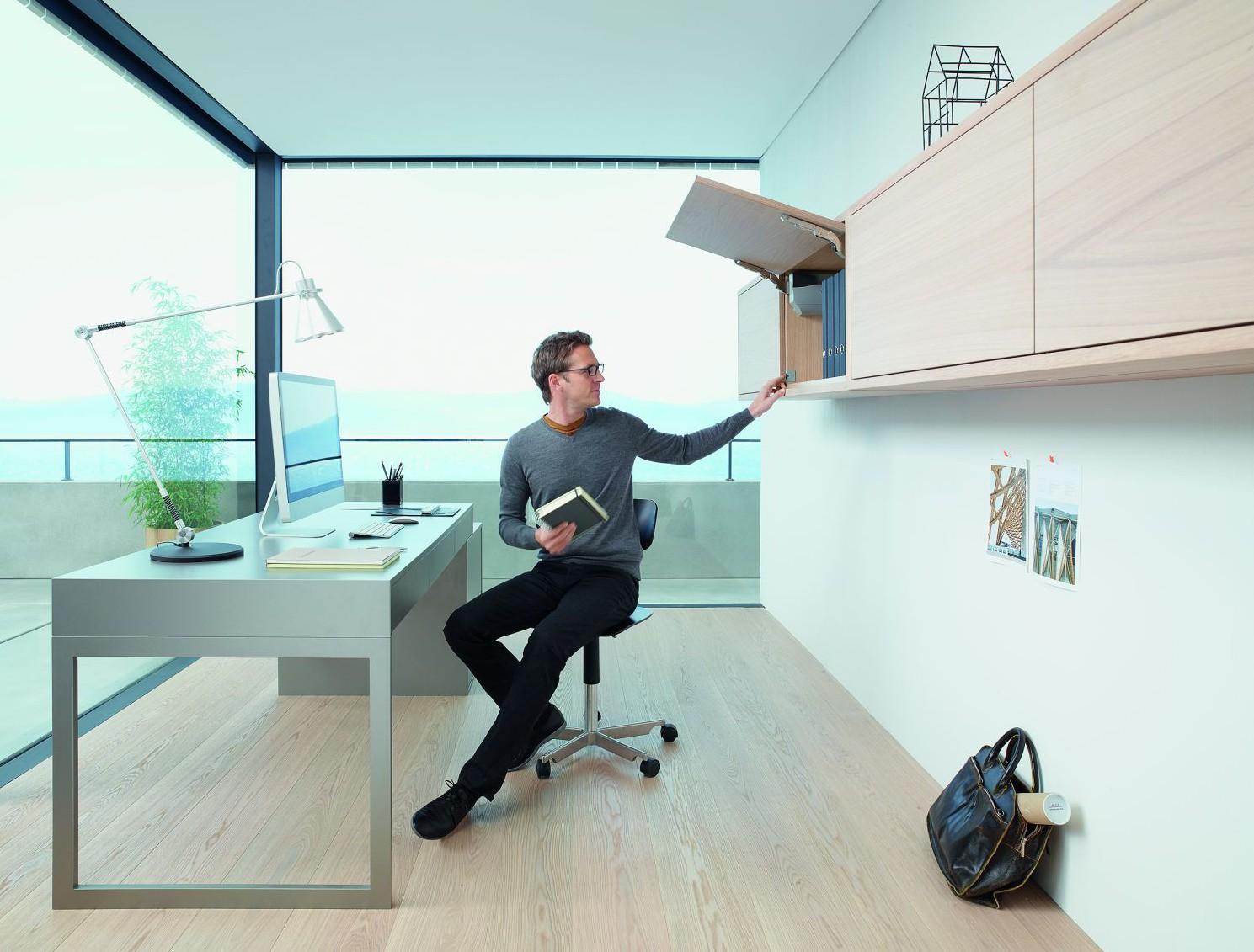 Meble biurowe wyposażone w akcesoria, tj. podnośniki do frontów uchylnych. Fot. Blum
