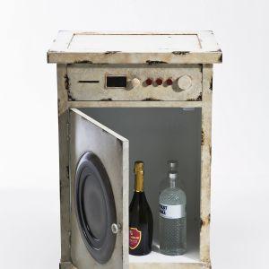 """Komoda """"Laundry"""" z oferty Kare Design wygląda jak pralka. Może być dobrym miejscem do przechowywania rzeczy w łazience. Z lekką dawką humoru. Fot. 9design"""