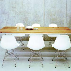 Kult siedzenia przy stole na krześle lub ławie