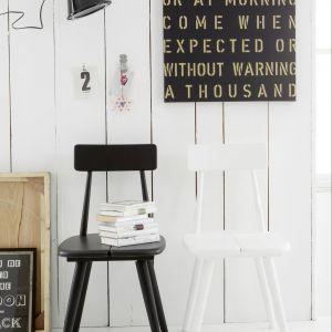 Czarne czy białe? Modne jest dziś ustawianie różnych krzeseł przy jednym stole. Oprócz kształtem mogą się różnić od siebie także kolorami. Fot. Car Moebel