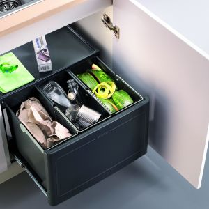 """Sortownik """"Pro Automatic"""", 3 rodzaje odpadów, do szafki o szer. 60 cm, po otwarciu drzwi kosze wysuwają się automatycznie, w pełni wyciągana prowadnica kulkowa. Fot. Blanco/Comitor,"""